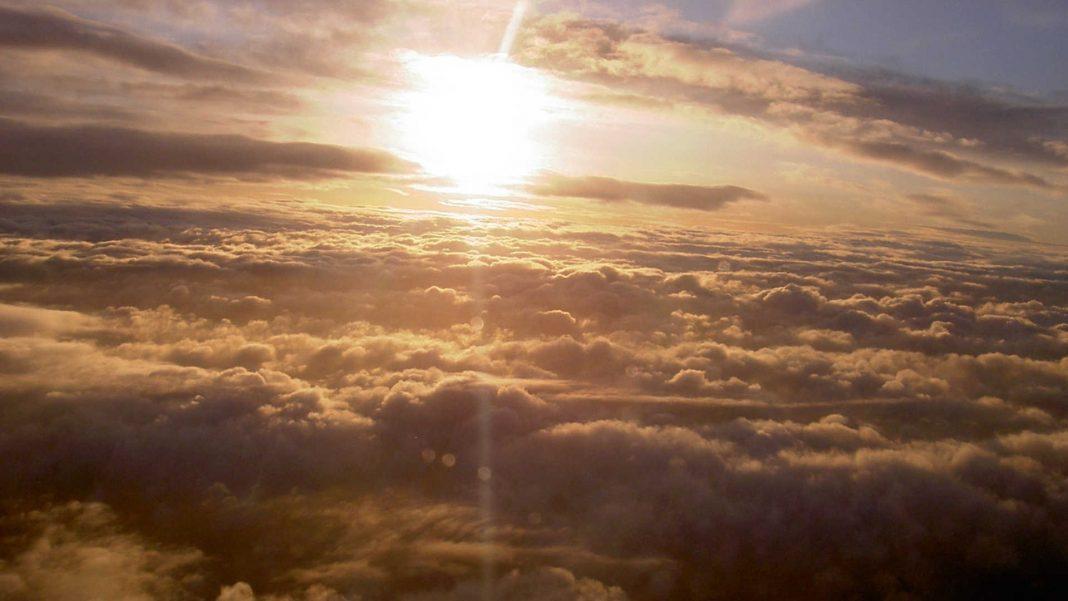 Zon boven de wolken